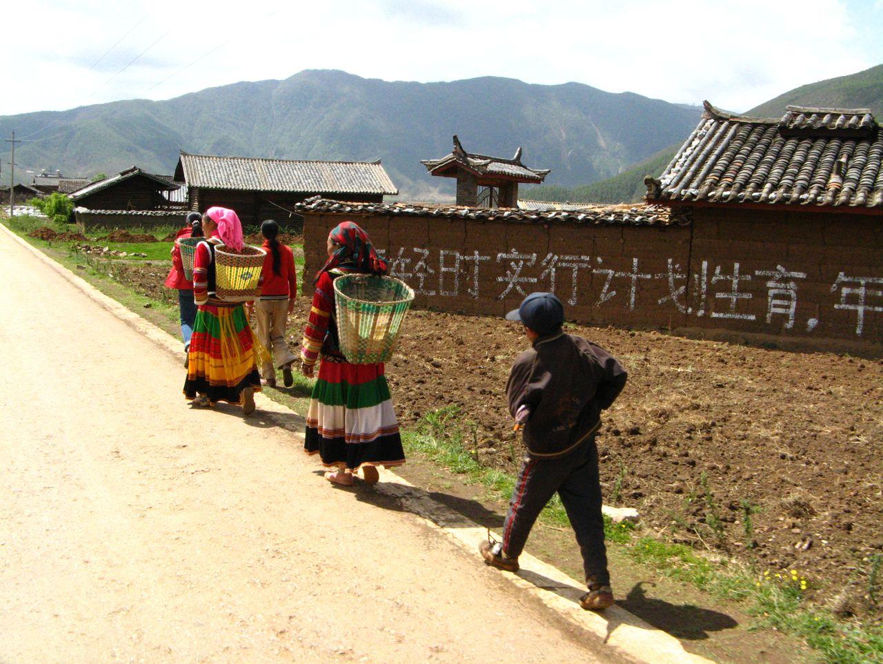 Nosu women carrying baskets